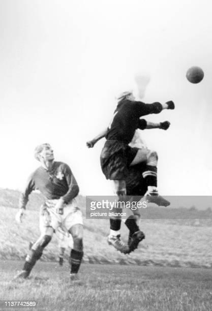 Der Schweizer Torwart Adolphe Hug faustet den Ball weg vor einem deutschen Angreifer beim ersten FußballLänderspiel der deutschen Nationalmannschaft...