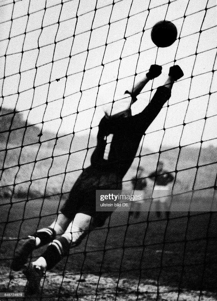 Fussball, 1. Länderspiel nach dem Krieg 1950: BRD - Schweiz 1:0, Elfmetertor : News Photo
