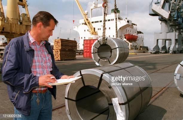 Der Seegüterkontrolleur Werner Seifert überprüft am 1681995 im Bremer Hafen die Verladung den Zustand und die Papiere der für Iran bestimmten...
