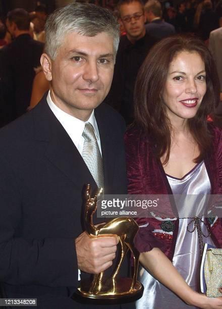 """Der serbische Politiker Zoran Djindjic hält am 8.12.2000 in Berlin den Medienpreis """"Bambi"""" in den Händen, der ihm während einer Gala im Hotel Estrel..."""