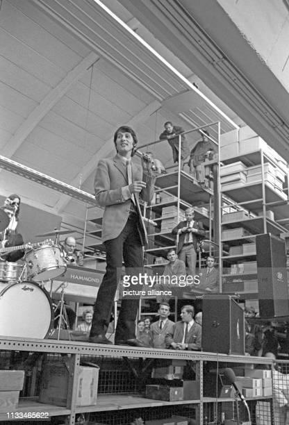 Der Sänger und Komponist Udo Jürgens sang am während der Mittagspause zur Freude der Belegschaft in einem Tonbandbetrieb in Nürnberg