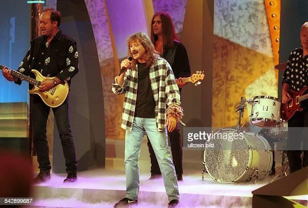 Der Sänger Wolfgang Petry auf der Bühne umringt von seinen Musikern
