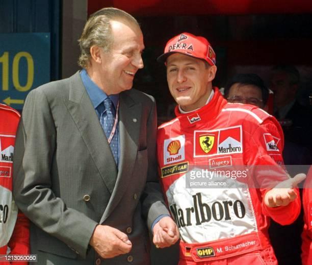 Der spanische König Juan Carlos unterhält sich am vor Beginn des Großen Preises von Spanien in der Boxengasse der Rennstrecke Circuit de Catalunya...