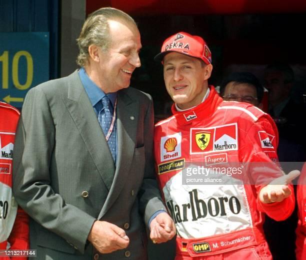 """Der spanische König Juan Carlos unterhält sich am vor Beginn des Großen Preises von Spanien in der Boxengasse der Rennstrecke """"Circuit de Catalunya""""..."""