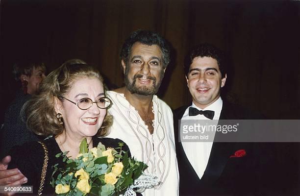 Der spanische Star-Tenor Placido Domingo mit Ehefrau Marta und Sohn Alvaro. Domingo trägt das Kostüm des 'Othello'. Undatiertes Foto.
