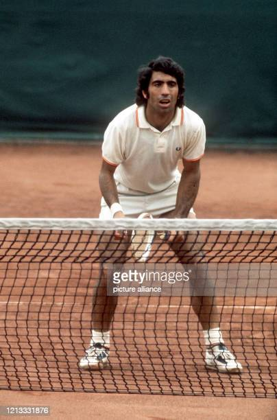 Der spanische Tennisprofi Manuel Orantes in Erwartung des Aufschlags. Er ist am in Hamburg bei den Internationalen Deutschen Meisterschaften in...