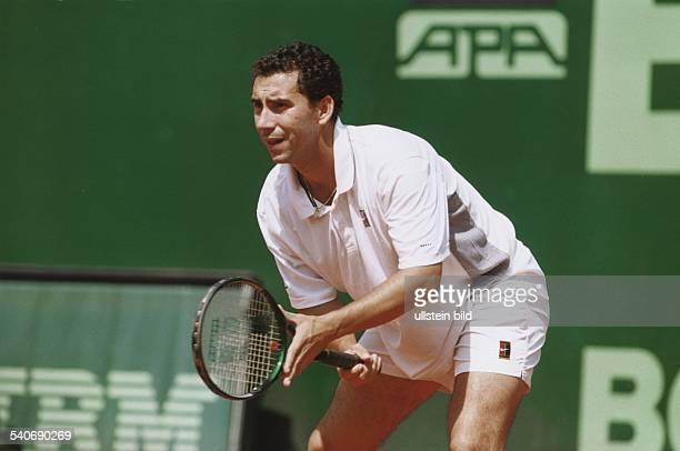 Der spanische Tennisspieler Albert Costa in Erwartung des Balles. Er siegte beim Generali open 1999 in Kitzbühel. Aufgenommen Juli 1999.