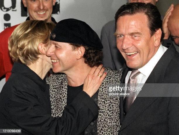 Der SPD-Kanzlerkandidat und amtierende Bundesratspräsident Gerhard Schröder steht am Abend des 18.6.1998 auf dem Museumsplatz in Bonn neben dem...