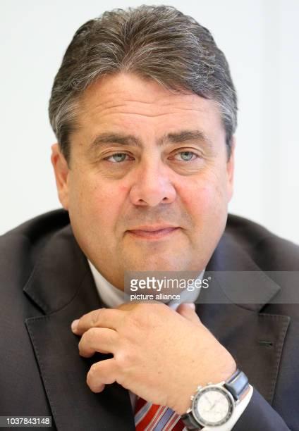 Der SPDParteivorsitzende Sigmar Gabriel spricht am in Berlin mit Redakteuren der Deutschen PresseAgentur Foto Kay Nietfeld/dpa | usage worldwide