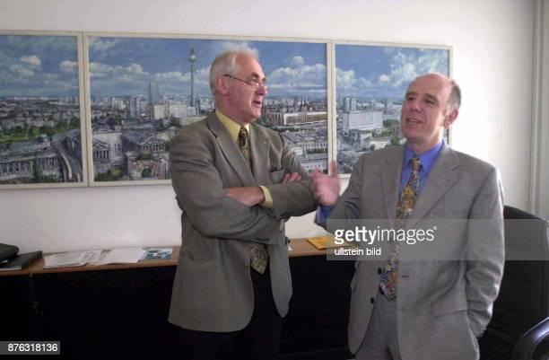 Der SPD-Politiker und Beauftragte für die Belange der Behinderten in Deutschland Karl Hermann Haack steht neben dem SPD-Politiker und...
