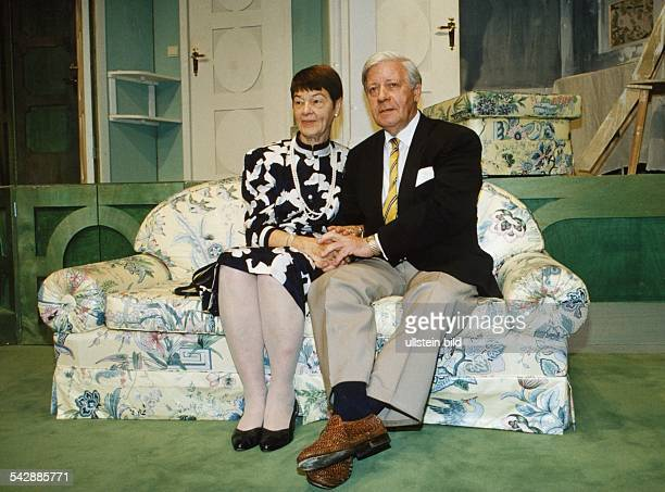 Der SPDPolitiker und ehemalige Bundeskanzler Helmut Schmidt mit seiner Ehefrau Hannelore anlässlich ihrer Goldenen Hochzeit am 2861992 in einer...
