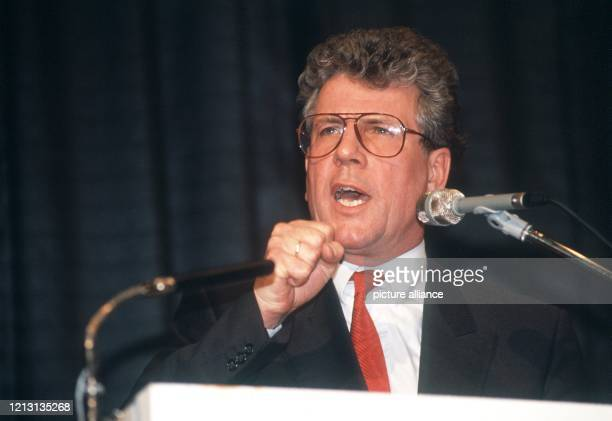 Der SPD-Politiker Volker Hauff hält am 3.3.1989 bei einer Wahlkampfveranstaltung für das Bürgermeisteramt in Frankfurt am Main eine Rede. Der...