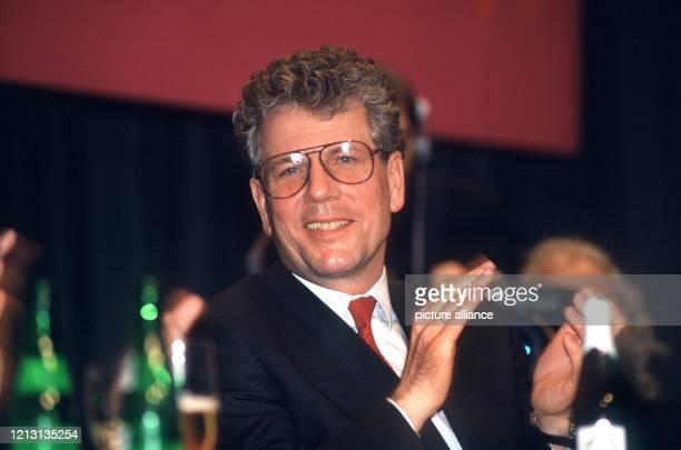 Der SPD-Politiker Volker Hauff klatscht am 3.3.1989 bei einer Wahlkampfveranstaltung für das Bürgermeisteramt in Frankfurt am Main optimistisch in...