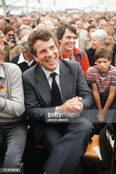 Der SPD-Politiker Volker Hauff klatscht begeistert bei einer Wahlveranstaltung am 28.9.1980 in die Hände. Der studierte Volkswirt unternahm seine...