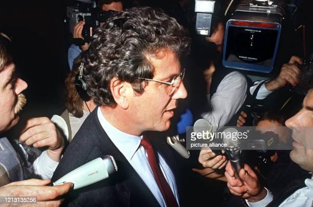 Der SPD-Politiker Volker Hauff wird am 11.3.1985 nach den ersten Hochrechnungen bei den Kommunalwahlen in Frankfurt am Main von Journalisten umringt....