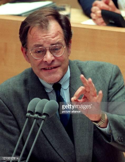 Der SPDSozialexperte Rudolf Dreßler während seiner Rede am 2981996 auf der mehrstündigen Sondersitzung des Bundestags SPD und Grüne warfen der...