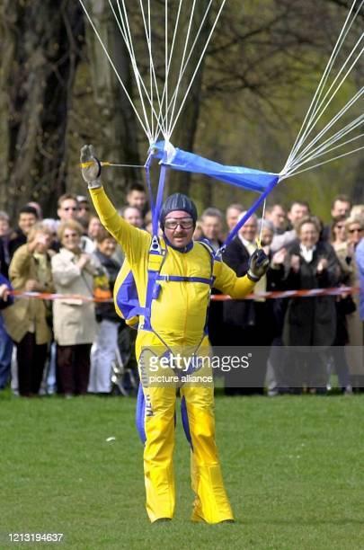 Der Spitzenkandidat der FDP für die nordrhein-westfälischen Landtagswahlen am 14. Mai, Jürgen W. Möllemann, winkt am 2.4.2000 nach einem geglückten...