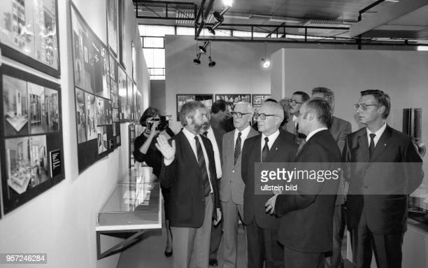 Der Staats und Regierungschef der DDR Erich Honecker besichtigt im Herbst 1987 mit anderen Parteifunktionären die X Kunstausstellung der DDR in...