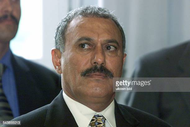 Der Staatspräsident von Jemen Ali Abdallah Saleh besucht bei seinem Aufenthalt in Deutschland das hannoversche Rathaus und trägt sich in das Goldene...