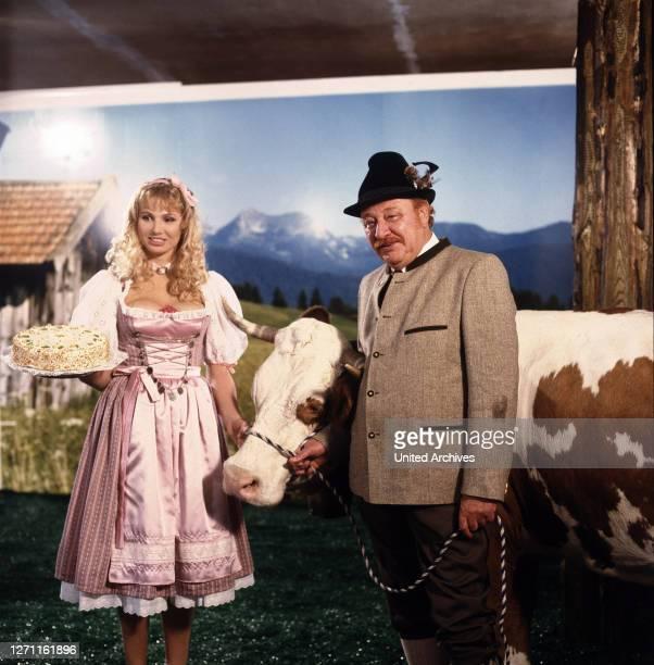 Der Star - Bauer Poldinger wird mit seiner Kuh durch einen Werbefilm zum Fernsehstar. Szene mit DOLLY DOLLAR und GUSTL BAYRHAMMER ..