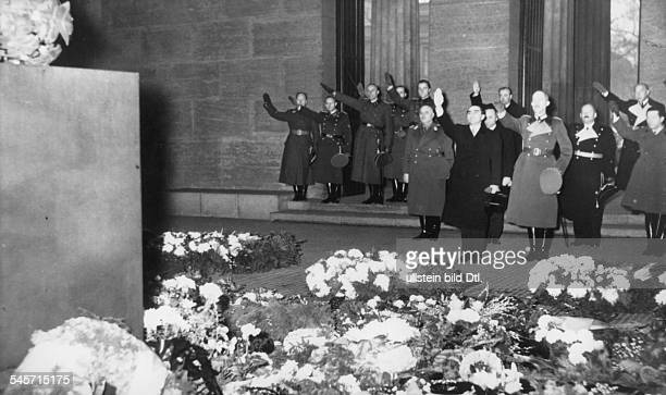 Der stellvertretende Ministerpräsident Mihai Antonescu bei einer Kranzniederlegung im Ehrenmal Unter den Linden in Berlin dahinter nachrechts der...