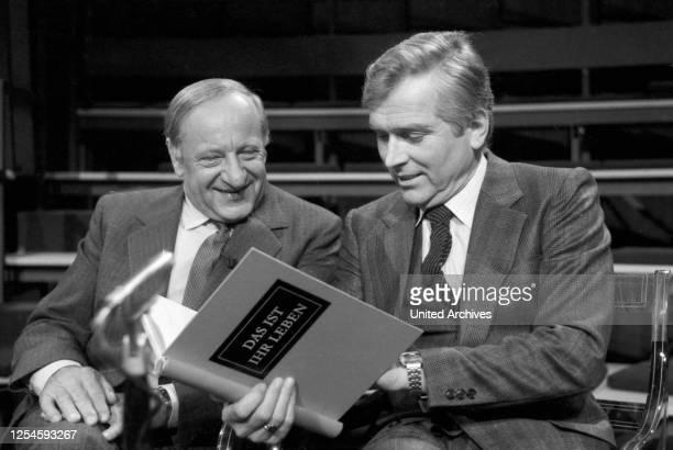 """Der Österreicher Hermann Gmeiner, der Gründer der SOS Kinderdörfer und Carlheinz Hollmann, Moderator der ZDF Sendung """"Das ist Ihr Leben"""", Ende 1970er..."""