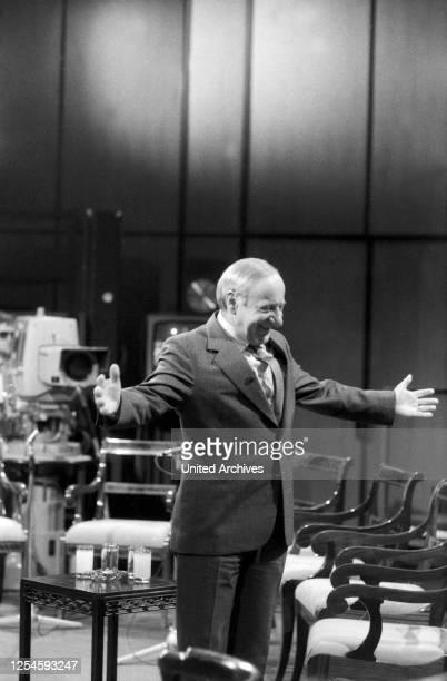 """Der Österreicher Hermann Gmeiner, der Gründer der SOS Kinderdörfer, zu Gast in der ZDF Sendung """"Das ist Ihr Leben"""", Ende 1970er Jahre."""