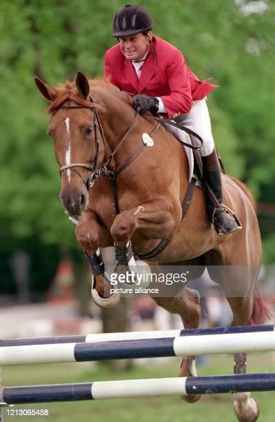 Der Österreicher Hugo Simon mit seinem Pferd Wahre Liebe überspringt am auf der OlympiaReitanlage in München Riem beim Munich Masters eine Hürde Im...