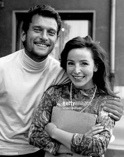Der österreichisch deutsche Schauspieler Hans von Borsody mit seiner zweiten Ehefrau Alwy Becker, um Mitte 1960er Jahre.