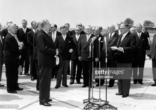 Der österreichische Bundeskanzler Julius Raab am bei seiner Begrüßungsansprache an Bundeskanzler Konrad Adenauer der sich auf einem mehrtägigen...