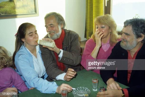 Der österreichische HRModerator Elmar Gunsch füttert im Dezember 1985 aus Spaß seine erwachsene Tochter Katja bei einem Hüttenzauber in Obertauern in...