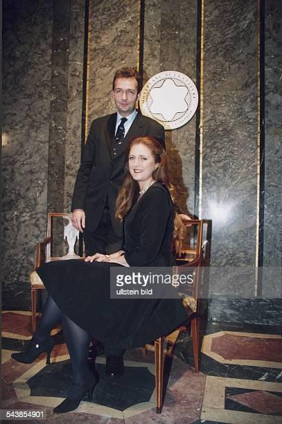 """Der österreichische Kaiserenkel Karl von Habsburg mit seiner Frau Francesca, im Hintergrund das Firmenemblem von """"Montblanc"""". Das Foto entstand bei..."""