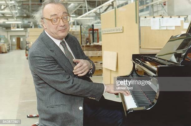 Der österreichische Pianist Alfred Brendel besucht am die Fabrik Steinway in HamburgBahrenfeld Er sitzt in der Lagerhalle an einem Klavier spielt mit...