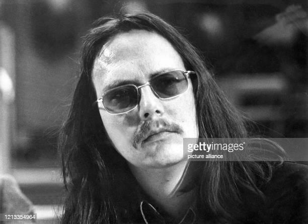 Der österreichische Schriftsteller Peter Handke im Jahr 1973. Erstes Aufsehen erregte der eher medienscheue Autor 1966 mit seinem Stück...