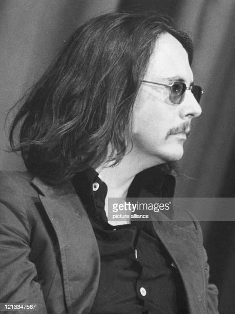 Der österreichische Schriftsteller Peter Handke im Juli 1975 in Berlin. Erstes Aufsehen erregte der eher medienscheue Autor 1966 mit seinem Stück...