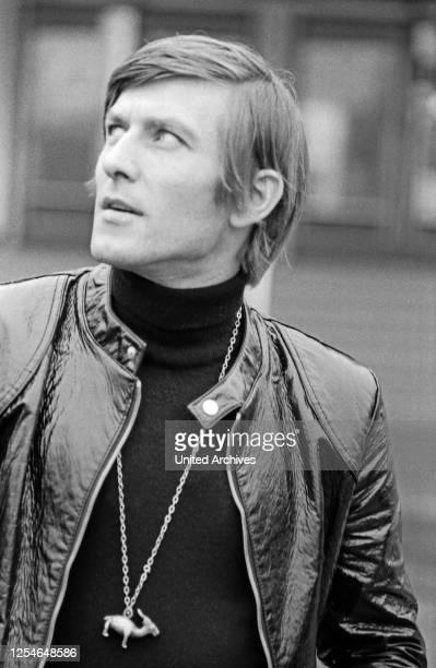 """Der österreichische Sänger Jonny Hill bei Promotionaufnahmen für seine Schallplatte """"Eine Reise um die Welt"""", Deutschland 1960er Jahre."""