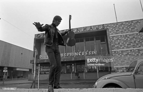 """Der österreichische Sänger Jonny Hill bei Promotionaufnahmen für seine Schallplatte """"Eine Reise um die Welt"""" vor dem Operettenhaus in Hamburg,..."""