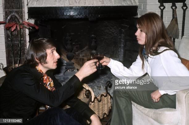 """Der österreichische Sänger, Komponist und Entertainer Udo Jürgens stößt im Juni 1970 mit seiner Ehefrau Erika an. Mit dem auch """"Panja"""" genannten..."""