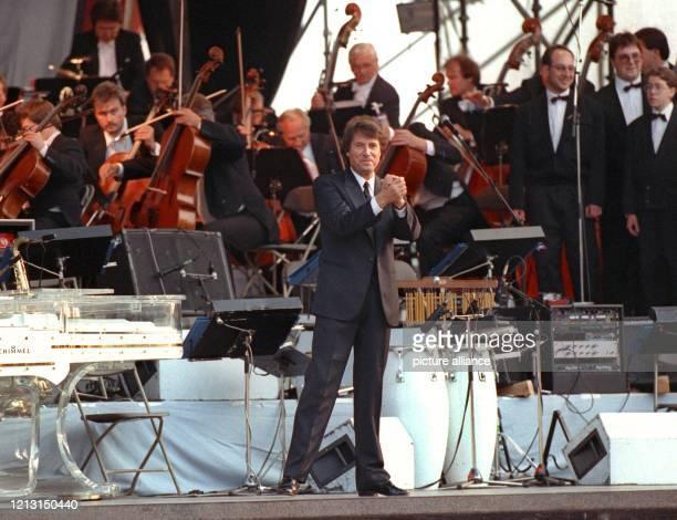 Der österreichische Sänger, Komponist und Entertainer Udo Jürgens tritt am 12.6.1992 mit dem Frankfurter Rundfunk-Orchester während seiner Open Air-...