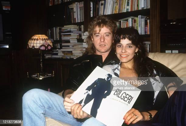 Der österreichische Sänger und Literat Reinhold Bilgeri und seine Frau Beatrix, aufgenommen in ihrem Heim im Februar 1992. Frau Bilgeri hält die LP...