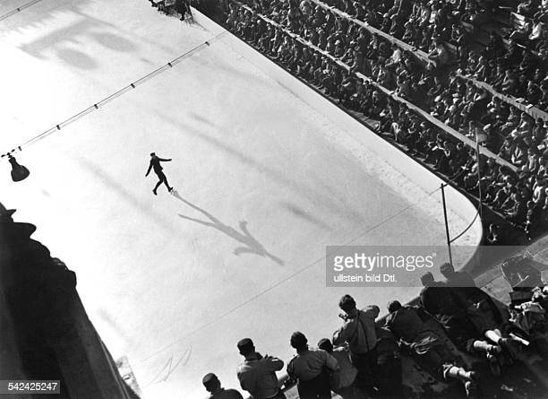 Der österreichische Weltmeister imEiskunstlauf Karl Schäfer während seinerKür im Eisstadion Februar 1936