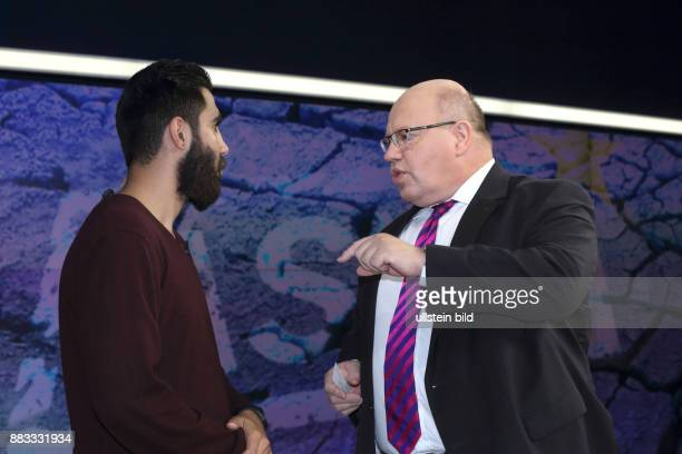 Der syrische Flüchtling Feras im Gespräch mit Peter Altmaier in der ZDFTalkshow maybrit illner am in Berlin Flüchtlingskrise Zwischen Notstand und...