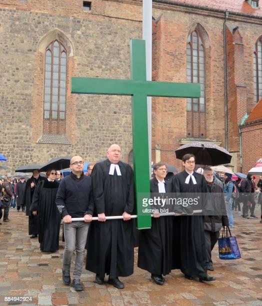 Der syrische Flüchtling Jalal Aldebes Superintendent Bertold Höcker Bischof Markus Dröge Pfarrer Gregor Hohberg aufgenommen während der...