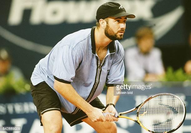 Der Tennisspieler André Agassi erwartet konzentriert den Aufschlag eines Gegners Aufgenommen Oktober 1997