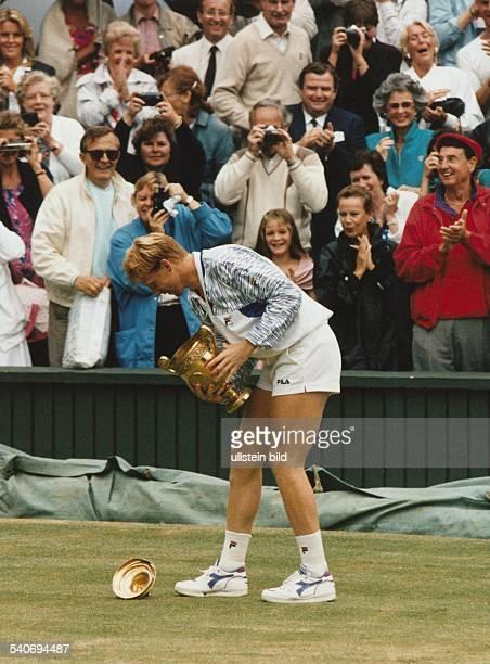 Der Tennisspieler Boris Becker besiegte 1989 im Finale der 'All England Championships' in Wimbledon den Schweden Stefan Edberg Während der Ehrenrunde...