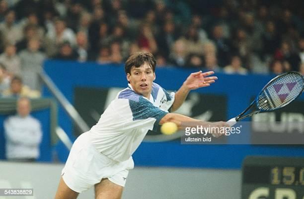 Der Tennisspieler Michael Stich schlägt mit seiner rechten Rückhand einen Return während eines DaviscupSpiels Sein ganzer Körper ist extrem gestreckt...