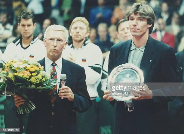 Der Tennisspieler Michael Stich wird offiziell durch den Präsidenten des Deutschen Tennis Bundes Claus Stauder in Essen verabschiedet Stich hält...