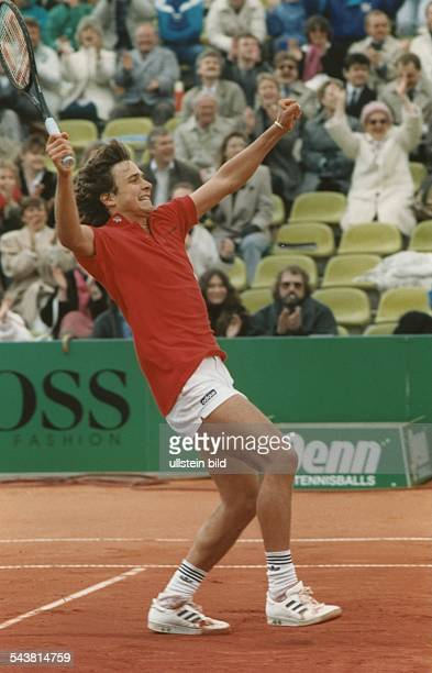 Der Tennisspieler Tore Meinecke reißt jubelnd die Arme hoch nachdem er 1988 beim Tennisturnier am Rothenbaum in der ersten Runde den Österreicher...