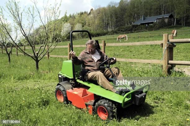 Der Tenor und Weltstar Kammersänger Peter Schreier , der Ende 2005 seine Gesangskarriere beendet hat, mäht den Rasen auf seinem Grundstück,...
