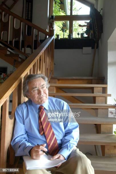 Der Tenor und Weltstar Kammersänger Peter Schreier , der Ende 2005 seine Gesangskarriere beendet, sitzt auf einer Treppe seines Hauses in Dresden,...